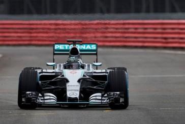 Mercedes amaga y muestra un poquito del W06 en Silverstone
