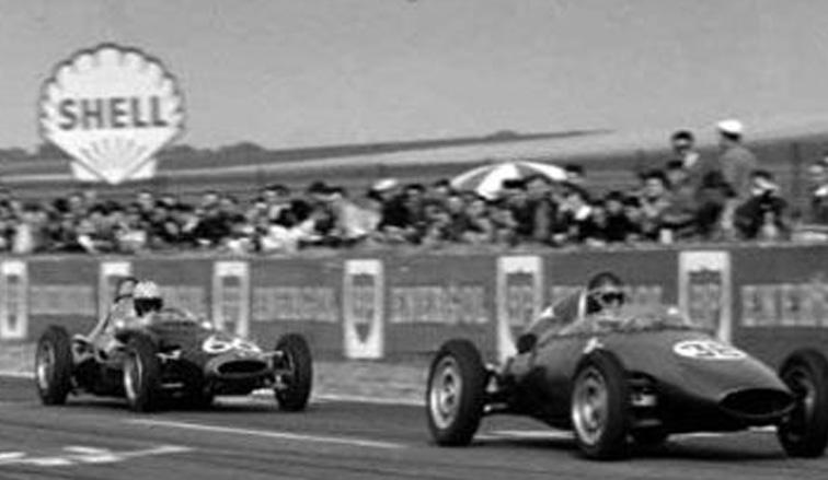 3 de julio de 1960, Denis Hulme ganaba seguido por Juan Manuel Bordeu