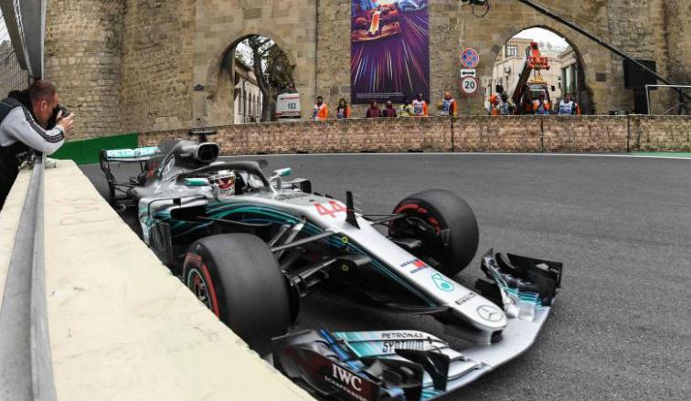 Fórmula 1: Inesperada victoria de Hamilton bajo el caos de Bakú