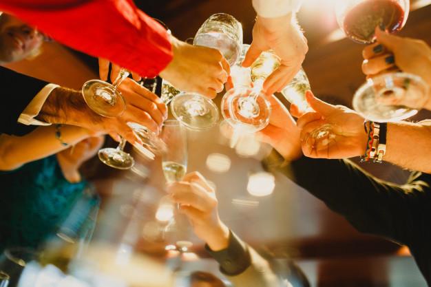 jovenes-festejando-haciendo-tostadas-vasos-bebiendo-alcohol_47726-3213
