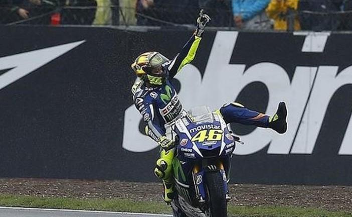 MotoGP: Valentino Rossi se exhibe bajo la lluvia de Silverstone y le da un hachazo al campeonato